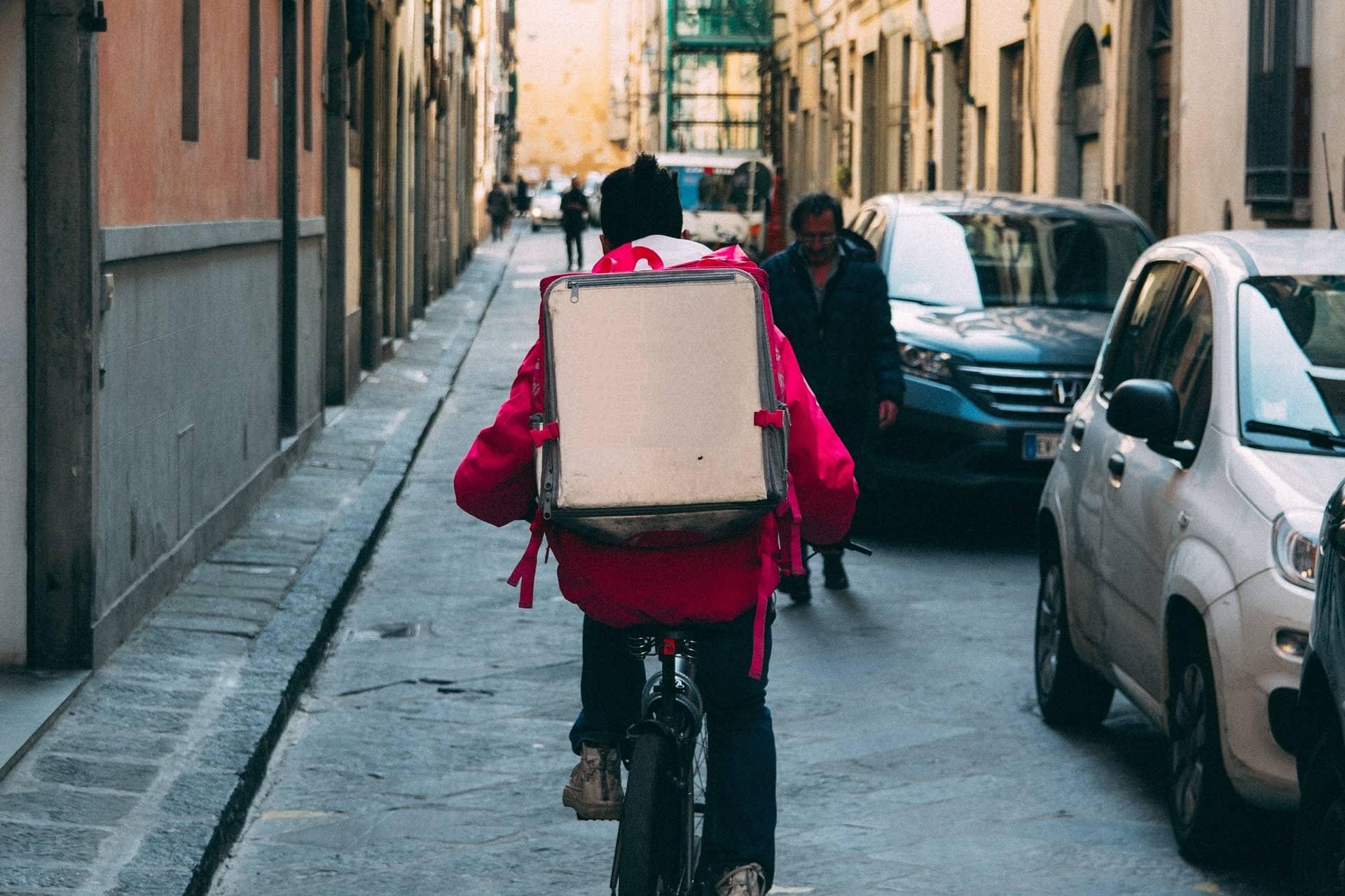 sistem de comenzi online pentru restaurant, curier livrare mancare pe bicicleta