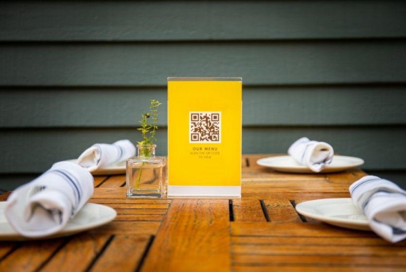 meniu digital restaurant, suport plexiglas galben cu cod qr pentru scanare
